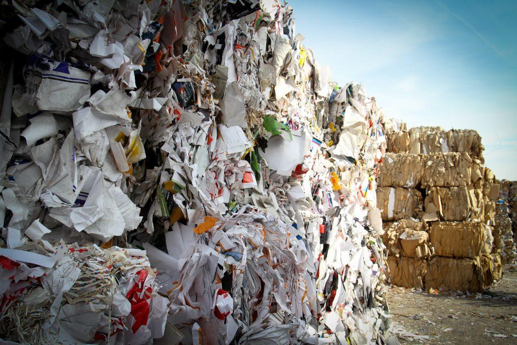 Op deze foto zie je een papierverwerkings-bedrijf of papierrecycling. Op deze pagina lees je meer over de systemen die Reldair biedt voor de industrie om geur en stof te verminderen.